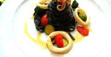 Tagliatelle al nero di seppia con pesto e calamari