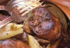 Coniglio del chianti con finocchi, cipolla bianca e olive
